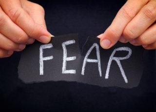 O Motivo de Possivelmente o Medo Estar Bloqueando Seu Caminho (e como superá-lo)