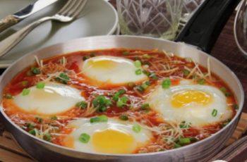 Ovos ao molho de tomate